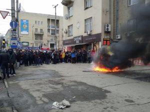В Запорожье активисты самовольно изъяли из аптек наркосодержащие препараты и сожгли их на улице - ФОТО, ВИДЕО