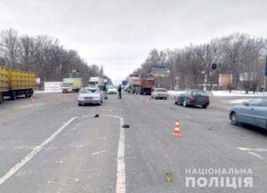 В Запорожье на трассе два автомобиля насмерть сбили мужчину, переходившего дорогу на красный свет - ФОТО