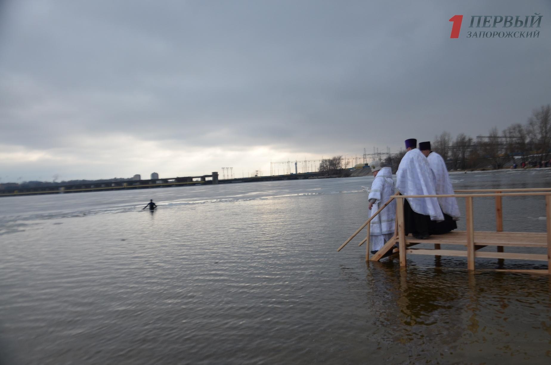 Сотни запорожцев собрались на Правобережном пляже, чтобы окунуться в прорубь и освятить воду – ФОТО, ВИДЕО