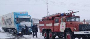В Запорожской области на обочине дороги застряла фура - ФОТО