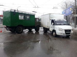 В Запорожье на перекрестке столкнулись два грузовика - ФОТО