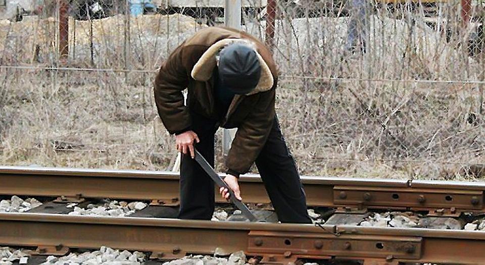 В Запорожской области молодой парень разбирал на металл железнодорожные пути