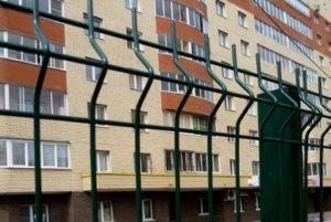 В Запорожье инспекция по благоустройству пожаловалась на жильцов ОСМД, установивших металлический забор
