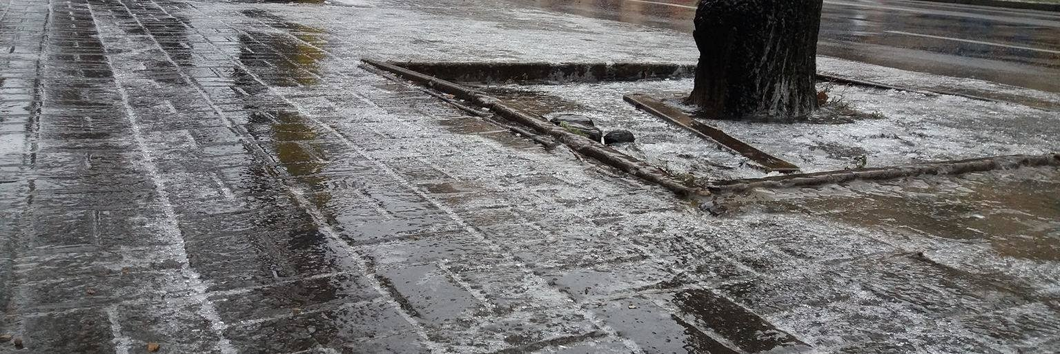 За сутки запорожские коммунальщики высыпали на дороги и тротуары 72 тонны отсева