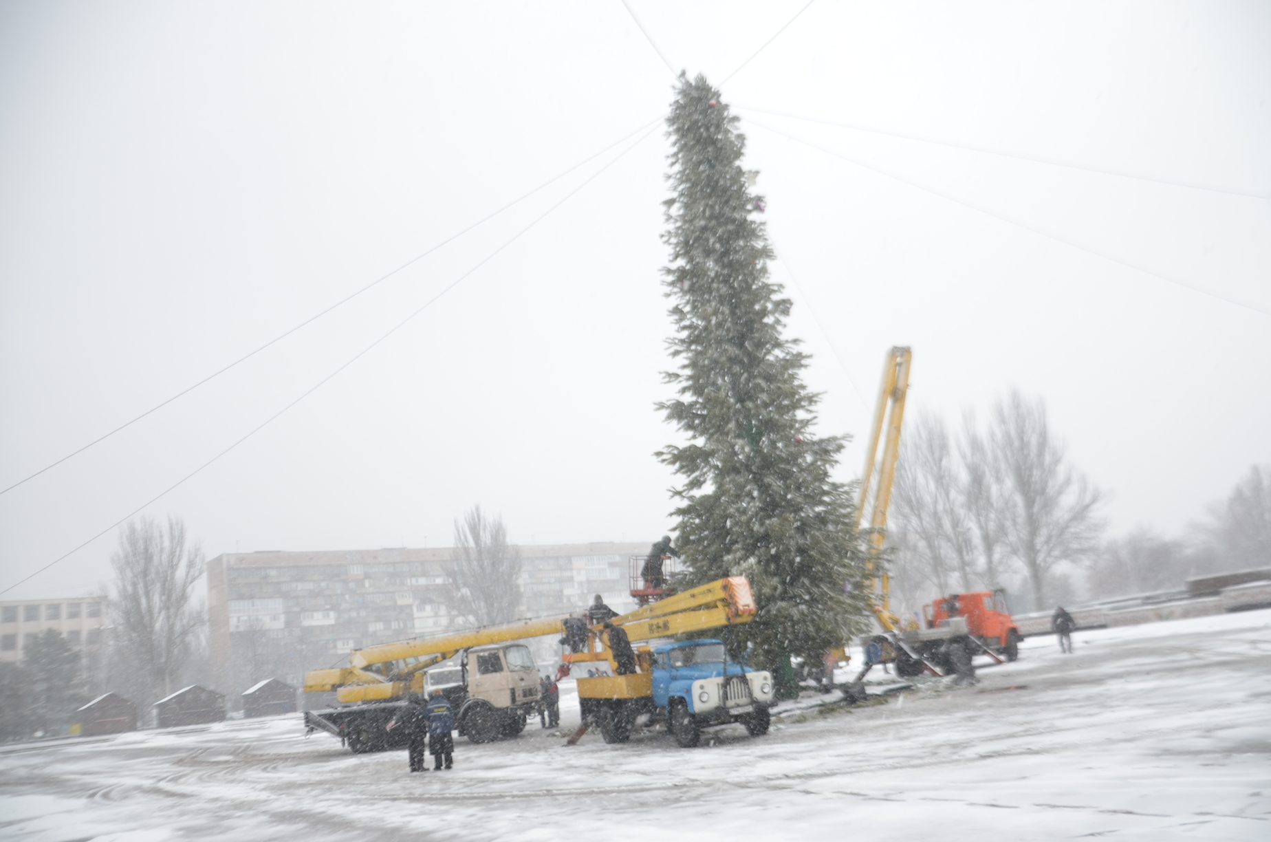 На площади Фестивальной демонтируют новогодний городок и главную елку - ФОТО