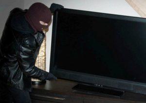В Запорожье вор во время погони бросил в снег украденный плазменный телевизор