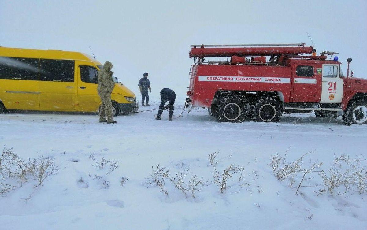 В Запорожской области на двух трассах все еще ограничено движение из-за непогоды