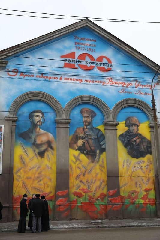 В Запорожье разыскивают злоумышленников, заливших краской мурал единства защитников