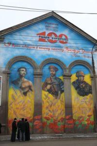 В Запорожье вандалы облили краской мурал единства поколений защитников – ФОТО