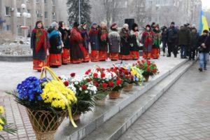 В Запорожье по случаю Дня Соборности возложили цветы к памятнику Шевченко - ФОТО