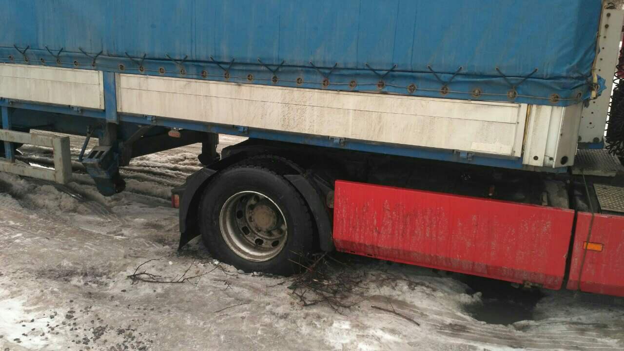 Запорожские спасатели вытащили из снежных заносов грузовик, автобус и легковушку - ФОТО