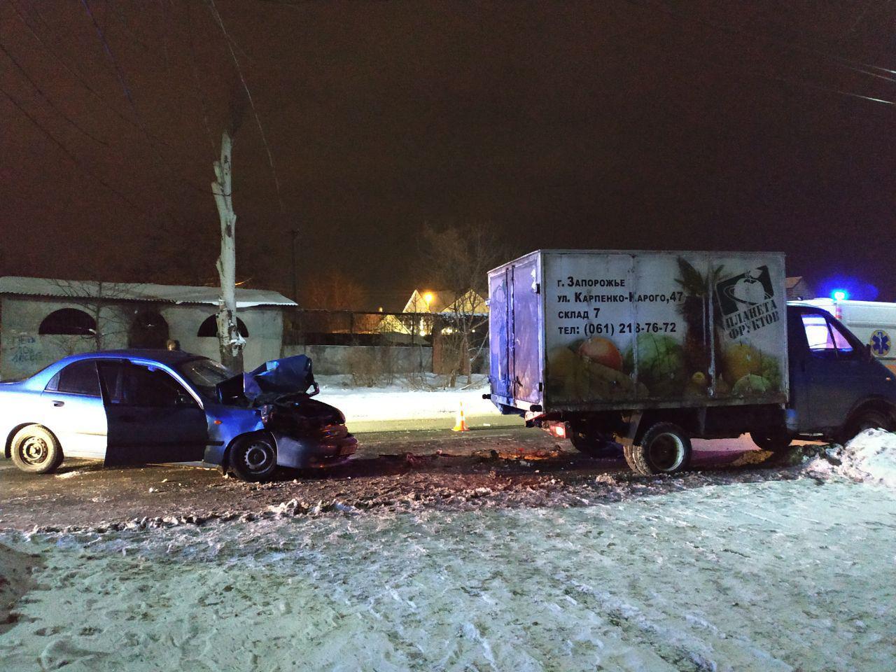 В Запорожье водитель легковушки протаранил фургон с фруктами - ФОТО