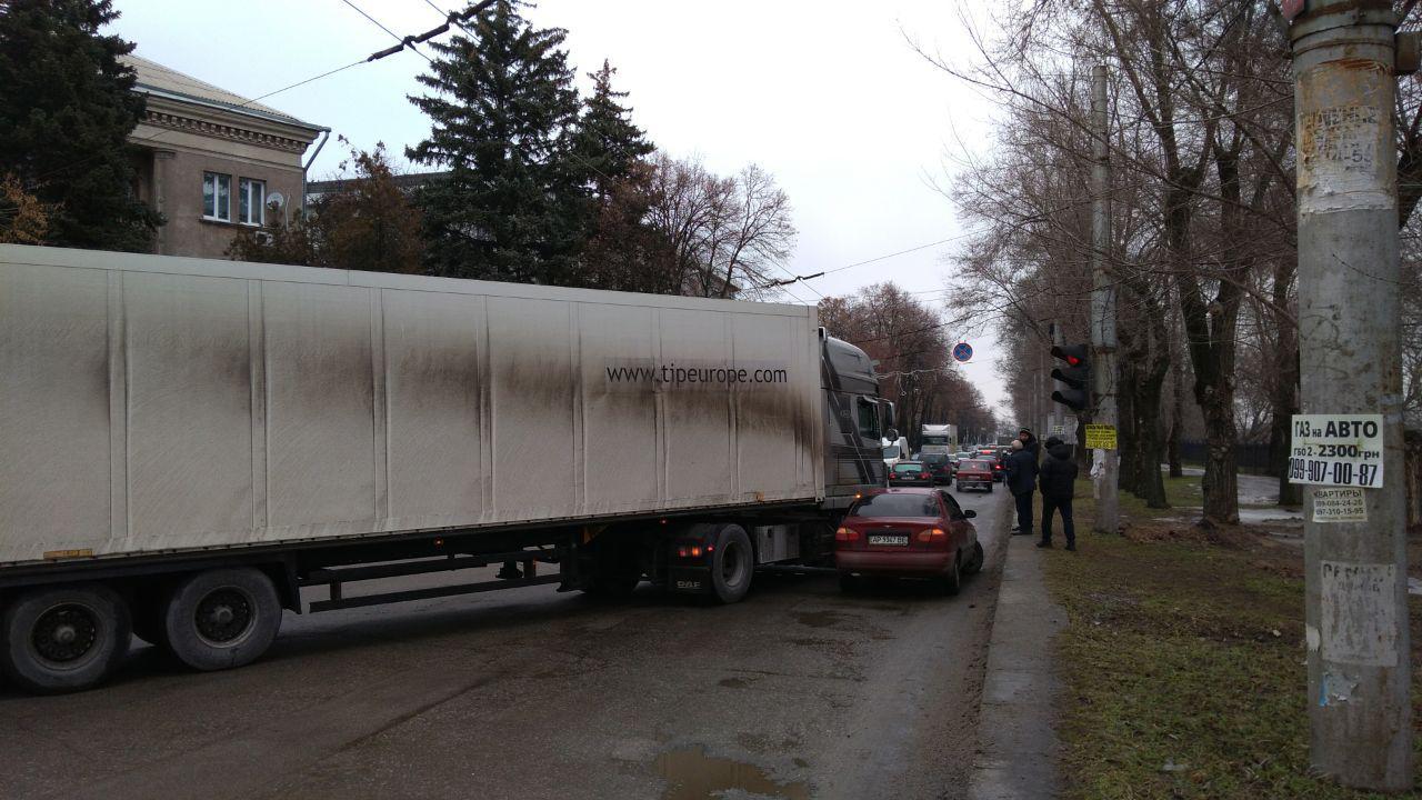 В Запорожье произошло ДТП в Днепровском районе: движение транспорта частично парализовано - ФОТО