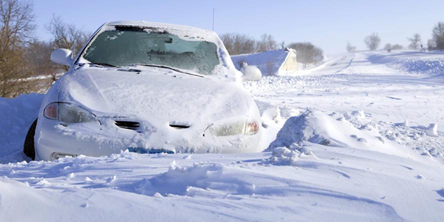 В Запорожской области спасатели освободили из снежных заносов двоих человек и легковые авто
