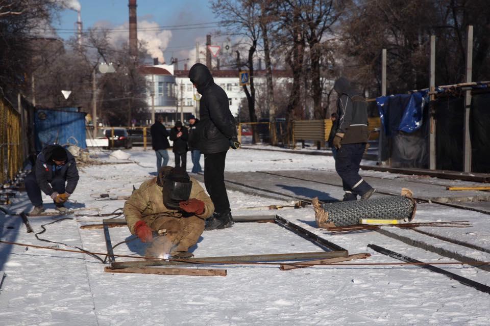 В Запорожье продолжается капремонт путепровода по улице Калибровой: названы сроки открытия движения