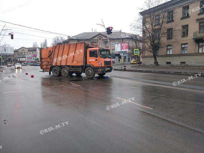 В Запорожской области дорогу не поделили мусоровоз и легковушка - ФОТО