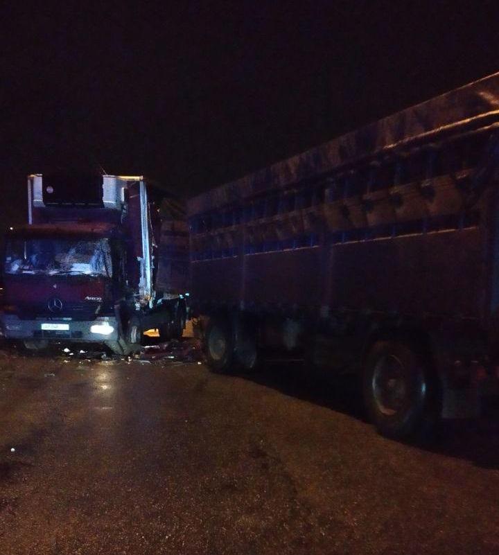 В Запорожье возле моста Преображенского столкнулись два грузовика - ФОТО, ВИДЕО