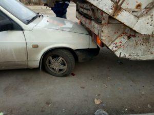 В Запорожье мусоровоз, сдавая назад, врезался в легковушку - ФОТО