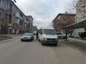 В Запорожье легковушка столкнулась с маршруткой - ФОТО