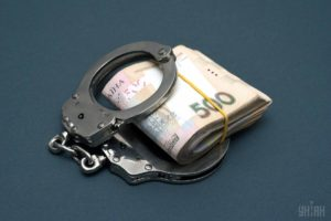 В Запорожской области экс-полицейский, которого обвиняли во взяточничестве, заявил, что ему «подкинули» деньги в портфель
