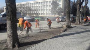 В Александровском районе Запорожья коммунальщики убирают дороги и тротуары - ФОТО