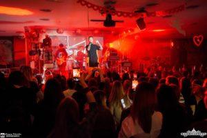 В Запорожье прошел сольный концерт популярного певца Артема Пивоварова - ФОТО