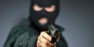 В маске и с пистолетом: в Запорожской области молодой парень пытался ограбить магазин - ФОТО