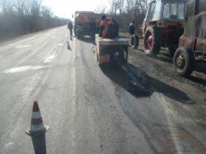 В Запорожской области дорожники приступили к аварийному ямочному ремонту - ФОТО