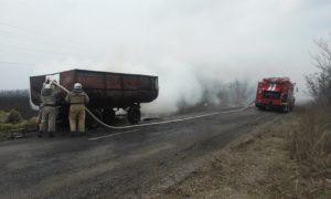 В Запорожской области посреди дороги загорелся тракторный прицеп с сеном - ФОТО