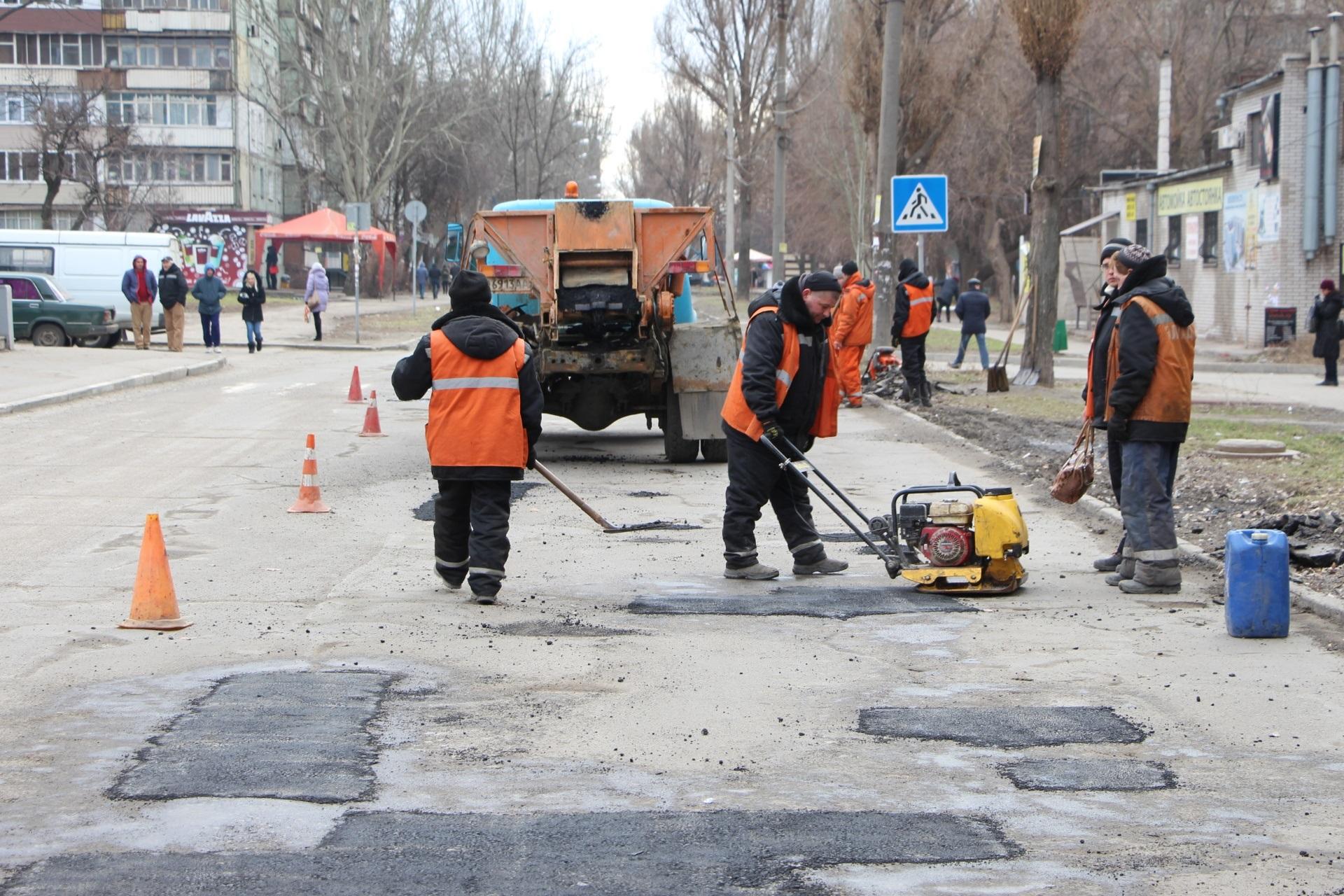 В Запорожье дорожники приступили к ямочному ремонту - ФОТО