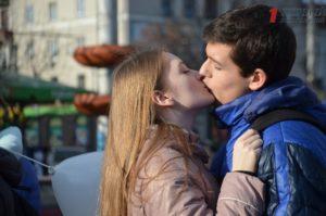 Запорожцы на День всех влюбленных устроили в центре города целующийся флешмоб и заключили брак на сутки – ФОТО