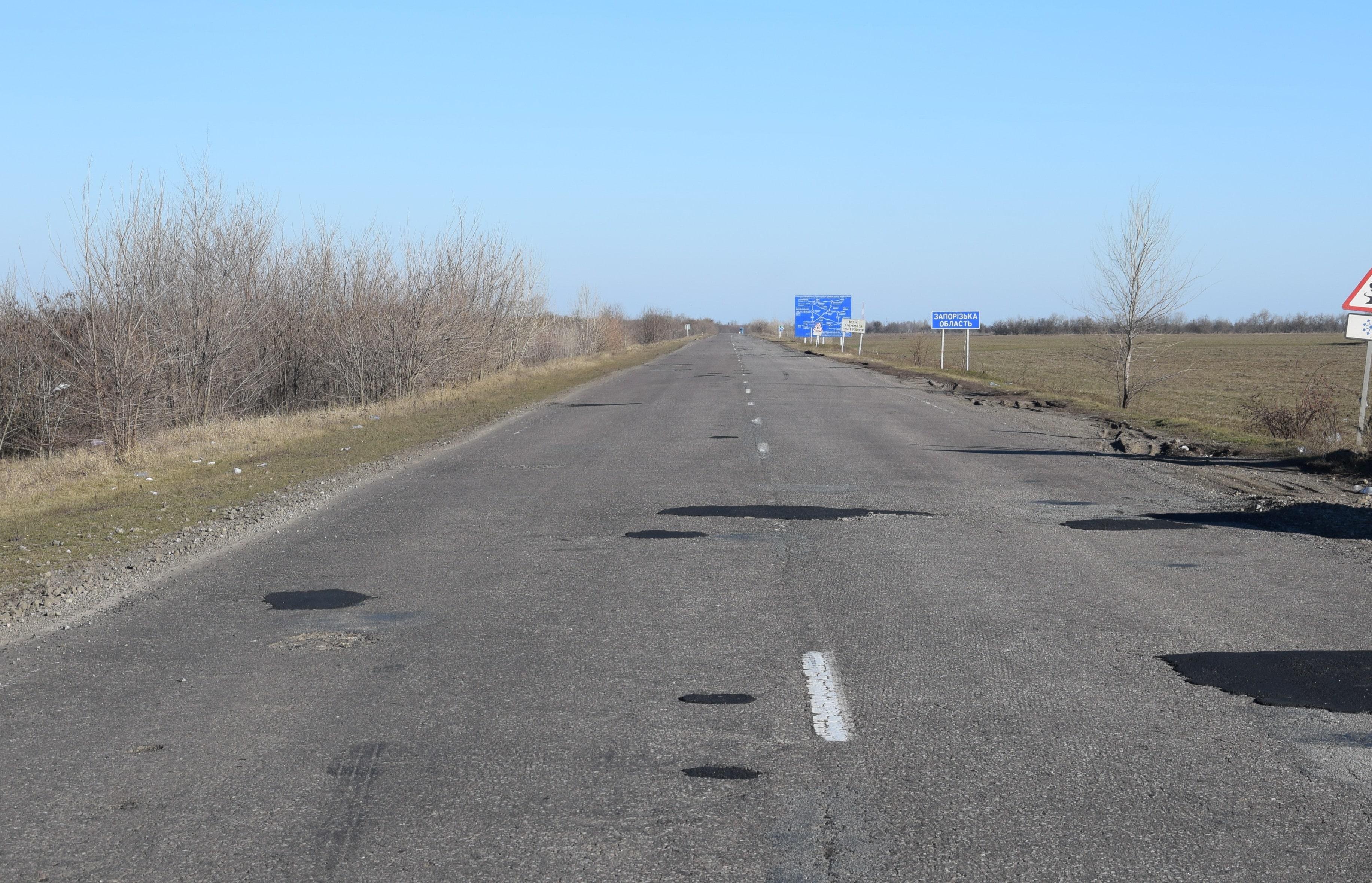 В Запорожской области дорожники проводят аварийный ямочный ремонт - ФОТО