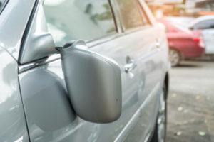 В центре Запорожья пьяный мужчина бросился на капот автомобиля и сломал зеркало - ВИДЕО