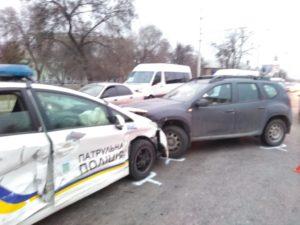 В Запорожье автомобиль патрульных, пытаясь остановить маршрутчика-нарушителя, спровоцировал ДТП – ФОТО