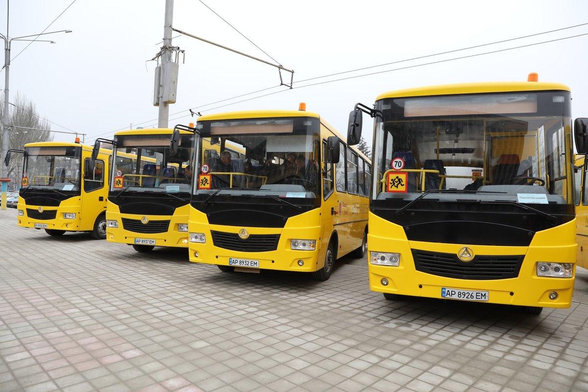 В Запорожье чиновники торжественно вручили шесть школьных автобусов за 11 миллионов гривен громадам области