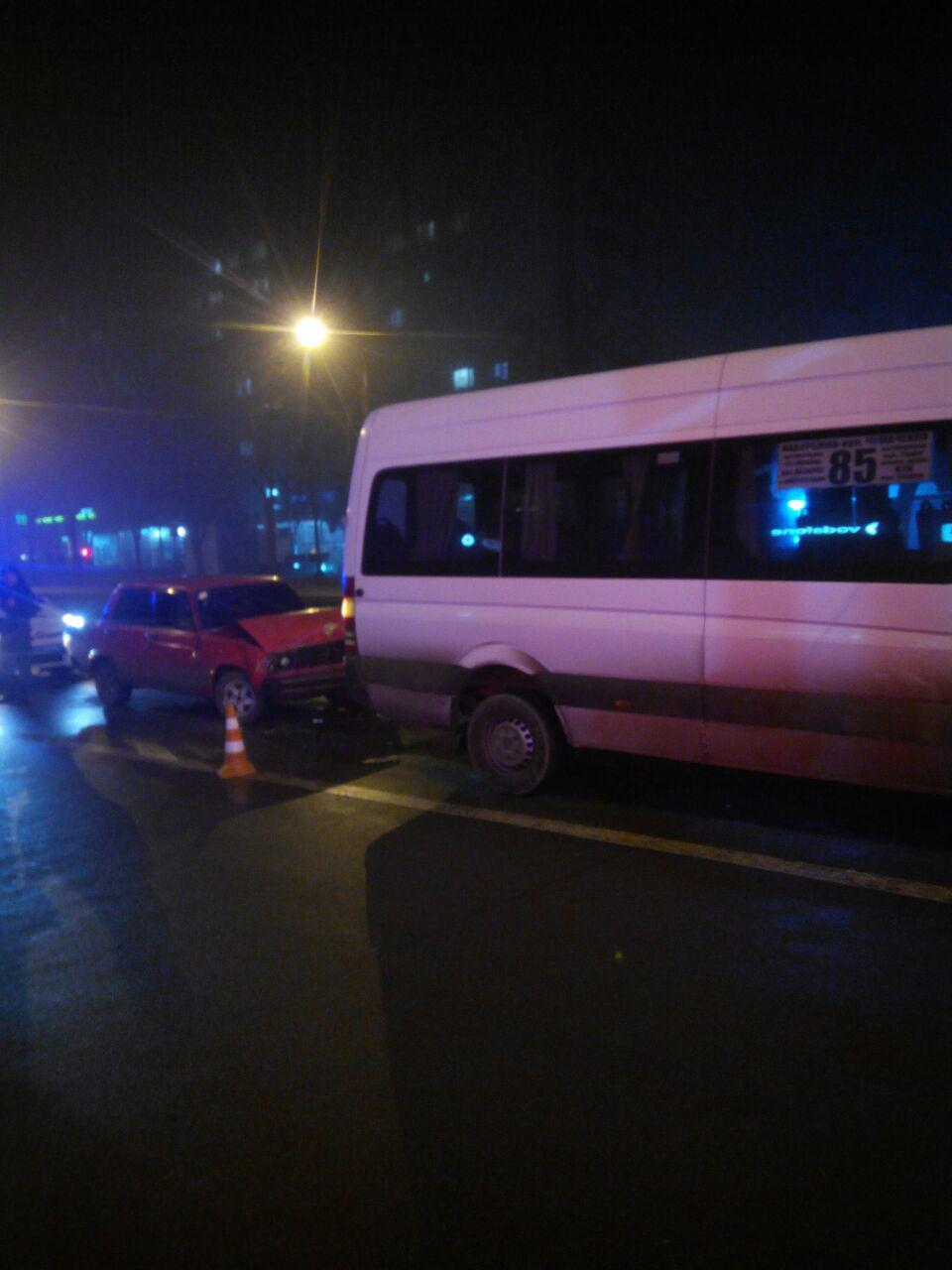 В Запорожье на центральном проспекте «Жигули» попал в ДТП с маршруткой - ФОТО