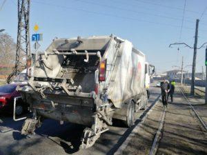 В Запорожье водитель мусоровоза протаранил иномарку - ФОТО