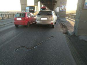 В Запорожье на мостах Преображенского на Lexus свалилась арматура - ФОТО