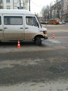 В Запорожье водитель микроавтобуса протаранил легковушку – ФОТО