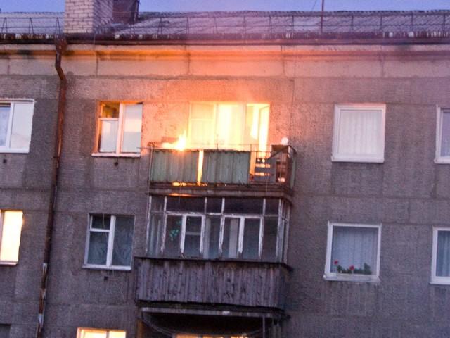 В Запорожье 12 спасателей тушили пожар в пятиэтажном доме