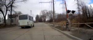 В Запорожье маршрутчик проскочил ж/д переезд перед закрывающимся шлагбаумом - ВИДЕО