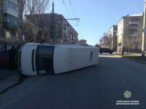 В Запорожье маршрутка перевернулась после столкновения с внедорожником: есть пострадавший - ФОТО
