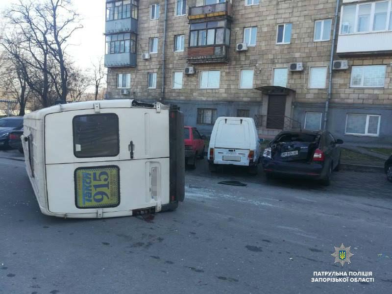 Появилось видео с места ДТП в Запорожье, где перевернулась маршрутка - ФОТО