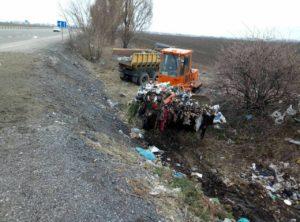 Вместо ремонта запорожских трасс дорожники тратят деньги на уборку мусора - ФОТО