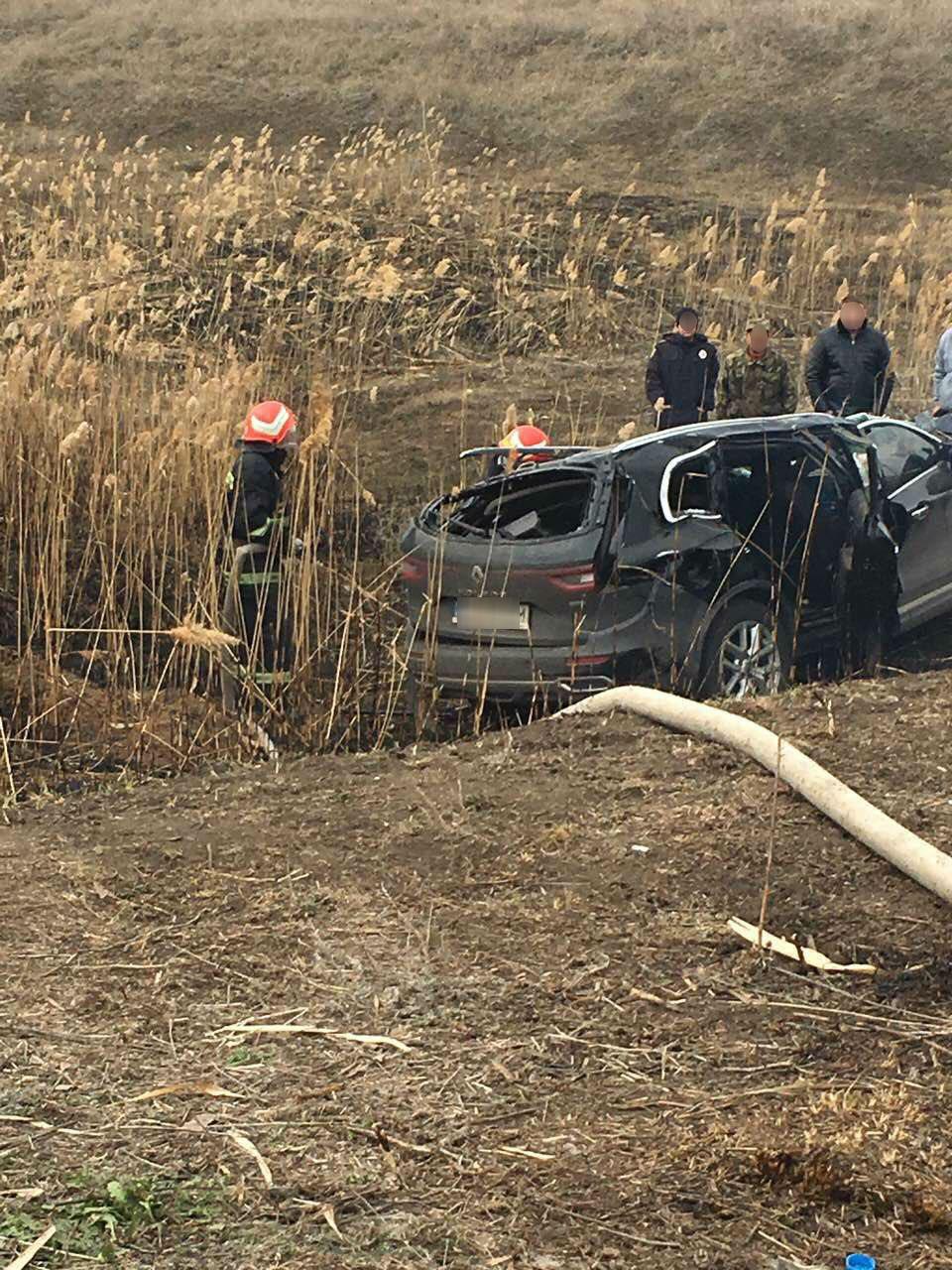 В Запорожской области автомобиль съехал с дамбы в кювет и перевернулся: трое погибших - ФОТО