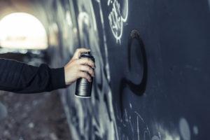 В Запорожье задержали мужчину, наносившего на стены рекламу наркотиков - ФОТО