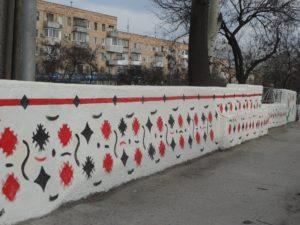 Запорожский активист разрисовывает дамбу в центре города - ФОТО