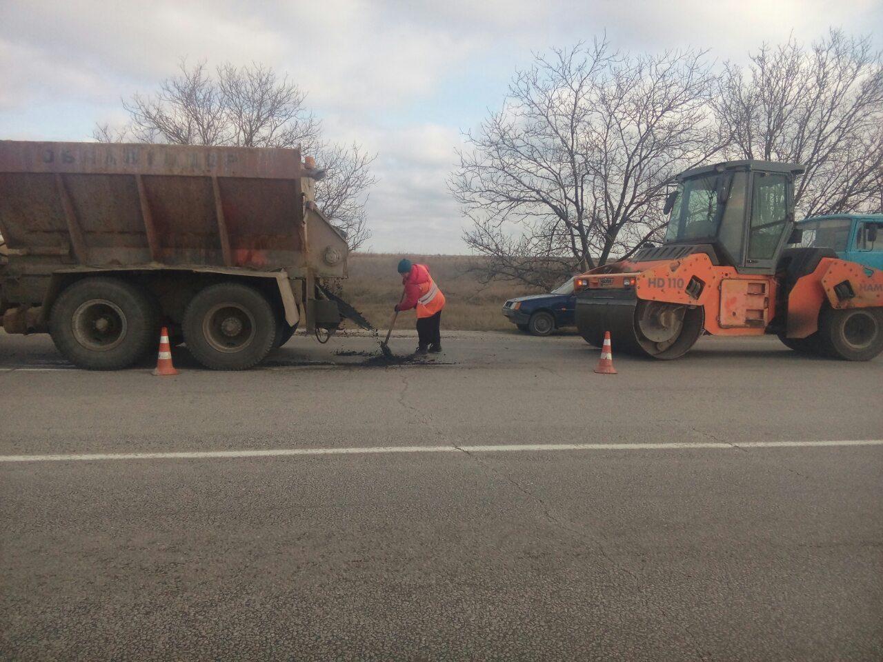 На запорожских трассах продолжается аварийный ямочный ремонт: что сделали за неделю - ФОТО