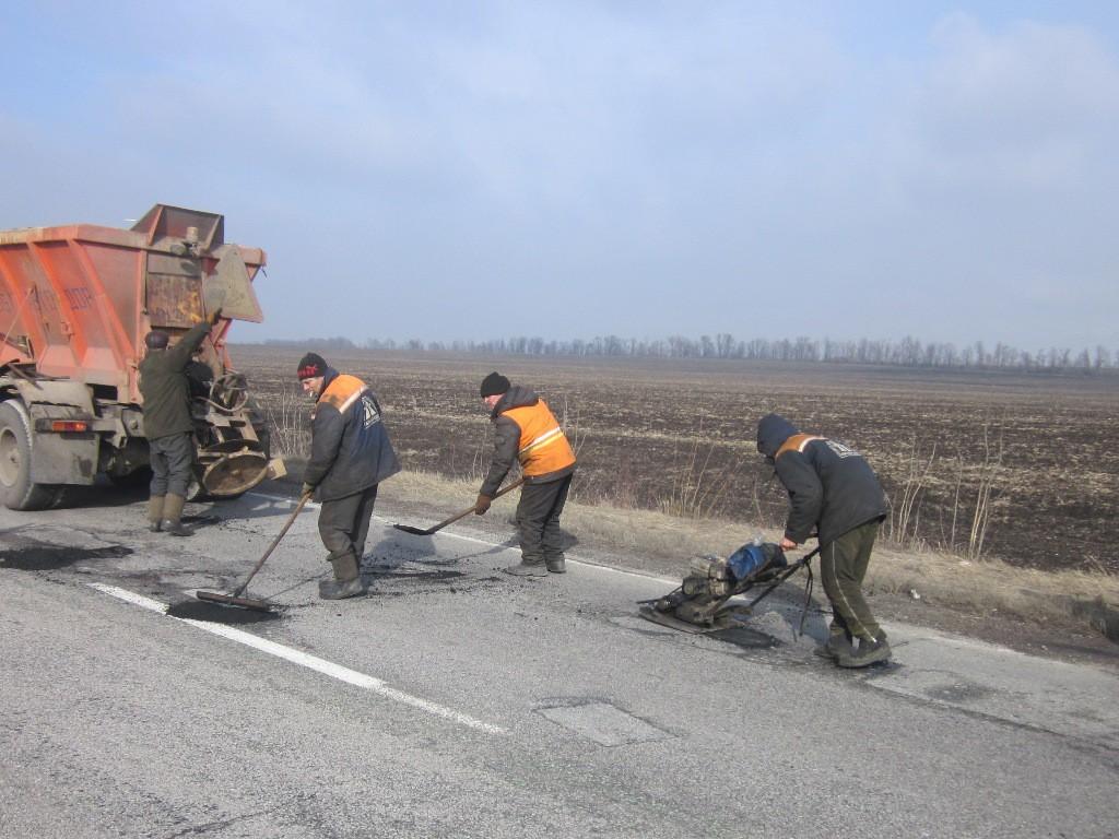 На запорожских трассах проводят аварийный ямочный ремонт: что сделали за неделю - ФОТО