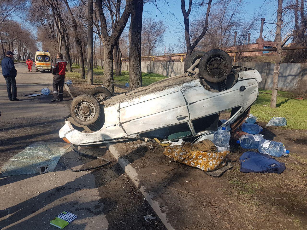 В Запорожье в результате ДТП перевернулся автомобиль доставки воды: есть пострадавшая - ФОТО, ВИДЕО